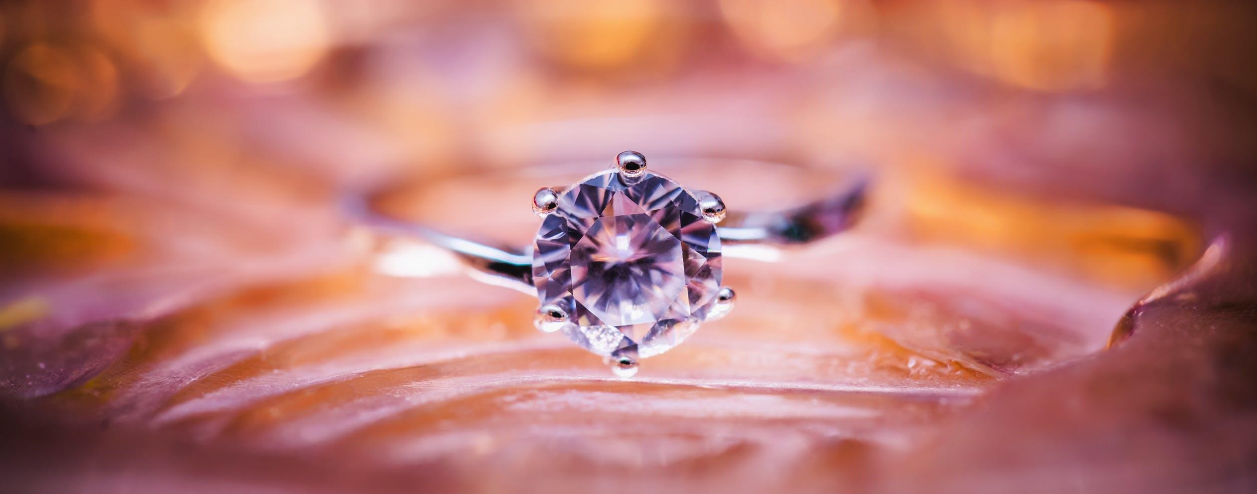 En solitärring med diamant