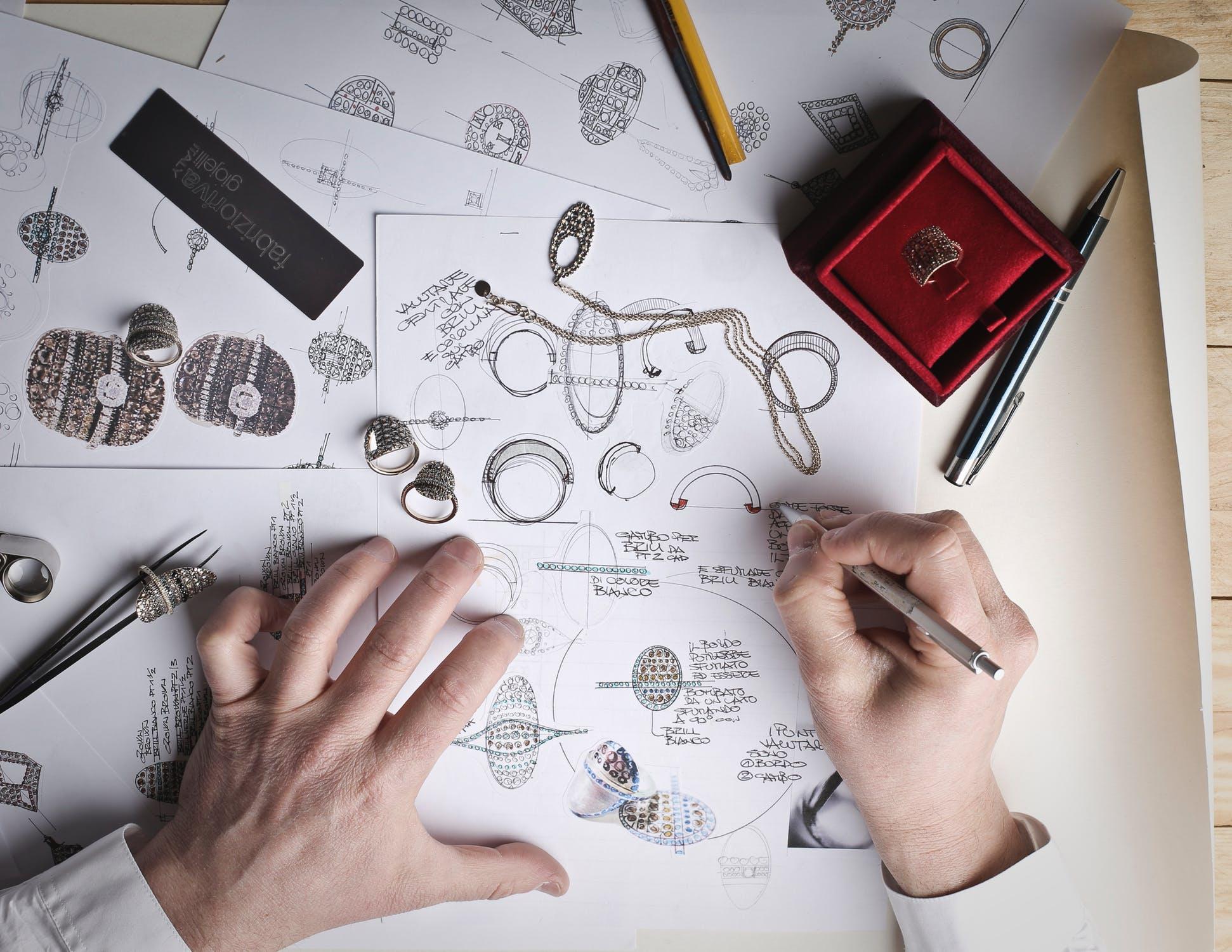 En man som ritar smycken